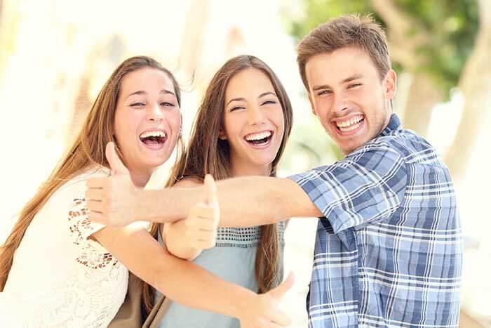 笑顔の3人の学生