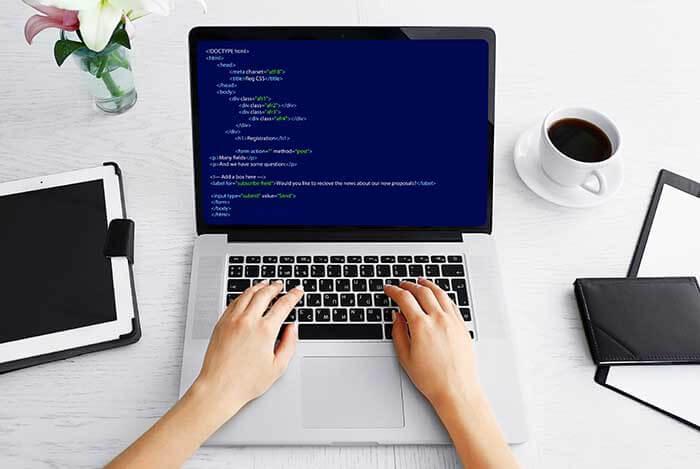 ソースコードを表示するパソコン